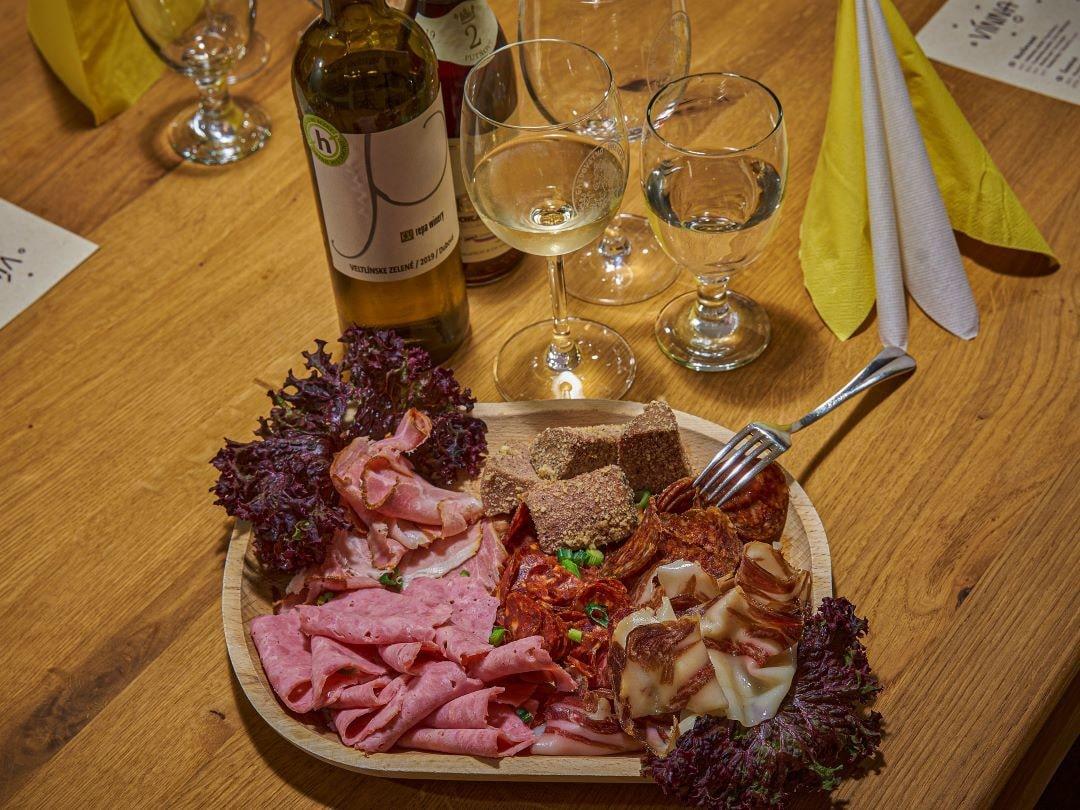 Gazdovstvo Uhliská vináreň - tanier domácich mäsových výrobkov